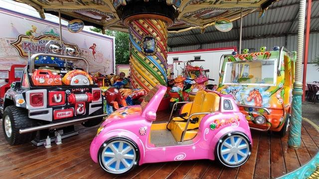 Kinderkarussell mit bunten Wagen