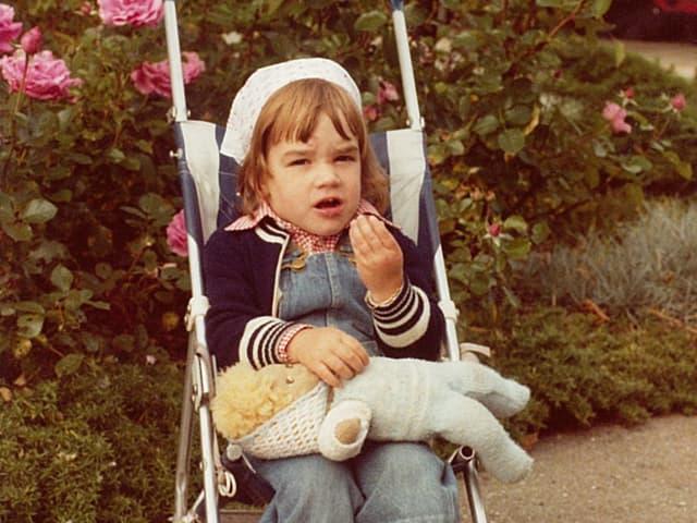 Joelle Beeler als kleines Mädchen im Kinderwagen