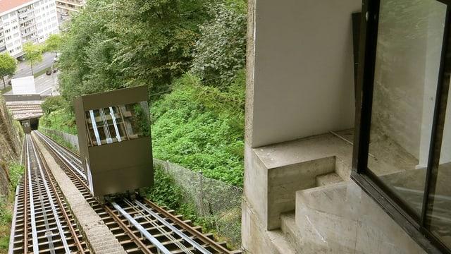 Die eine Kabine der Luzerner Gütschbahn bei der Einfahrt in die Bergstation.