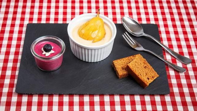 Gebrannte Crème mit Birnen, Heidelbeer-Mousse und Lebkuchen auf Schieferplatte