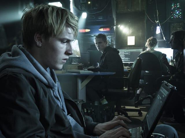 Hacker haben Lukas Frankes (Matthias Schweighöfer, Mitte) Identität gestohlen. Computerfreak Dalton (Louis Hofman, links) hilft ihm aus dem Schlamassel.