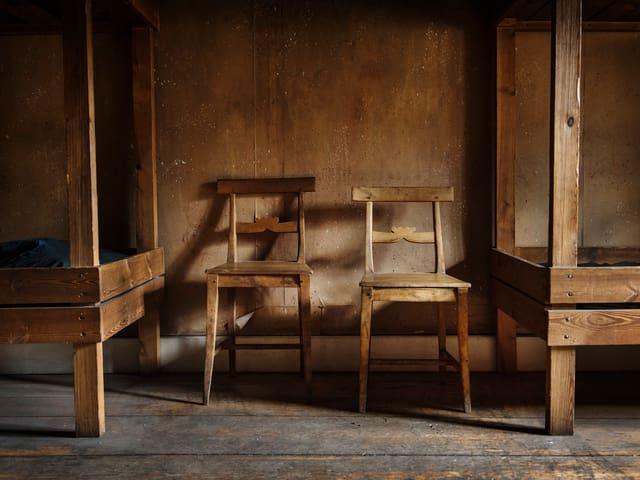 Zwei Stühle in einem Sommerhäuschen.