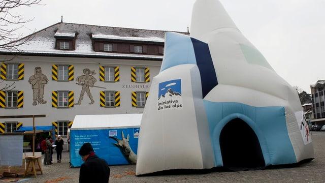 Auf dem Lehnplatz in Altdorf werden Unterschriften gesammelt.