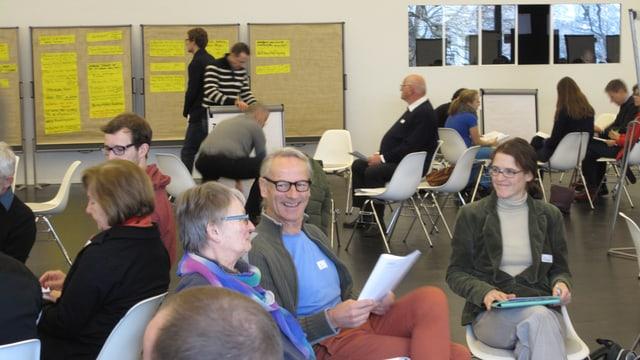 Eine Gruppe von Luzernern in angeregter Diskussion am öffentlichen Forum der Stadt.