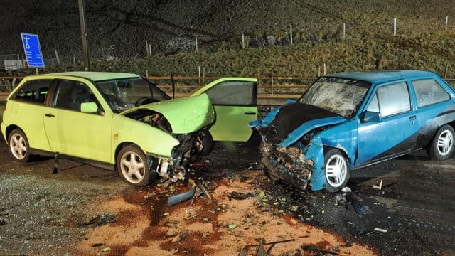 zwei stark beschädigte Autos