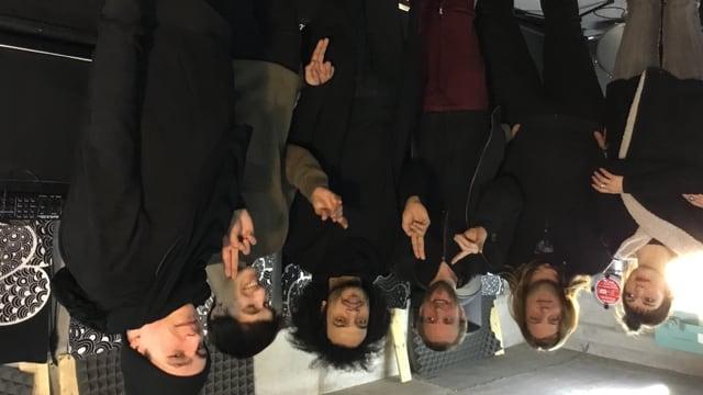 Fünf Männer und eine Frau. Sie sind Mitglieder einer Musikband.