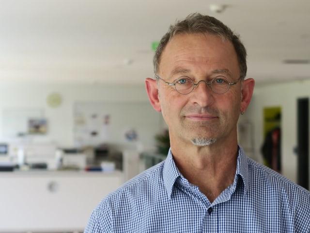 Peter Krummenacher in einem Büro
