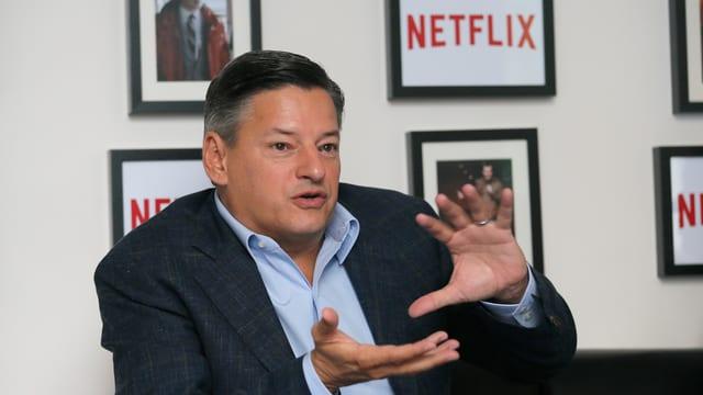 Netflix Chief Content Officer Ted Sarandos beim Gestikulieren.