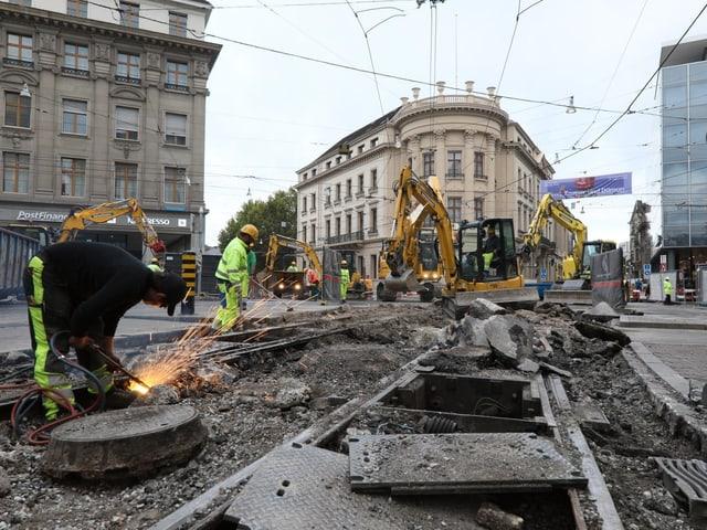 Baustelle mit Schienen, die nur noch halb im Boden sind.