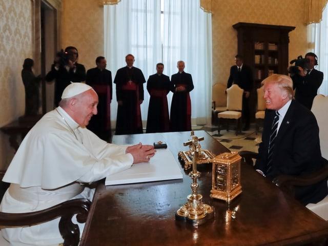 Donald Trump und Papst Franziskus.