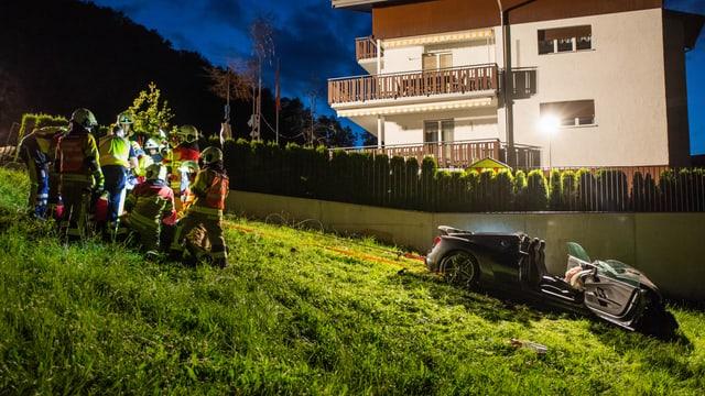 Bild des demolierten Autos und der Rettungskräfte.