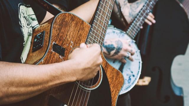 Mann spielt auf Gitarre