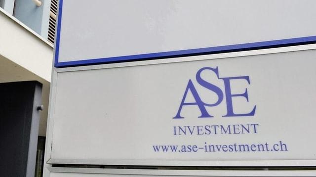 Firmenschild mit der Aufschrift ASE Investment.