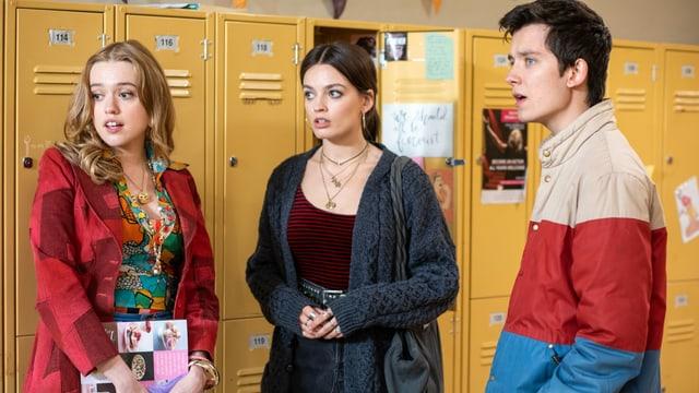 Drei Schüler vor ihren Spinden.