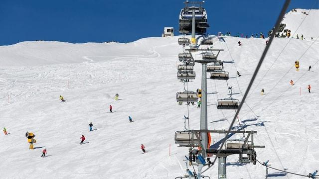 Vista sin ina sutgera ed intgins skiunzs sin pista.