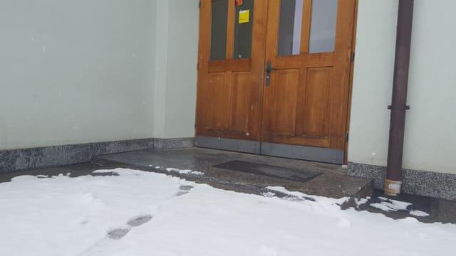 Sulet in pass maina a l'entrada da la scola da Mustér.