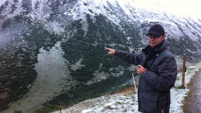Il guardiaselvaschina Martin Cavegn surveglia la val laterala Val Val.