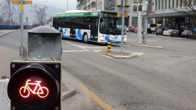 Veloampel zeigt rot - im Hintergrund fährt ein Bus vorbei