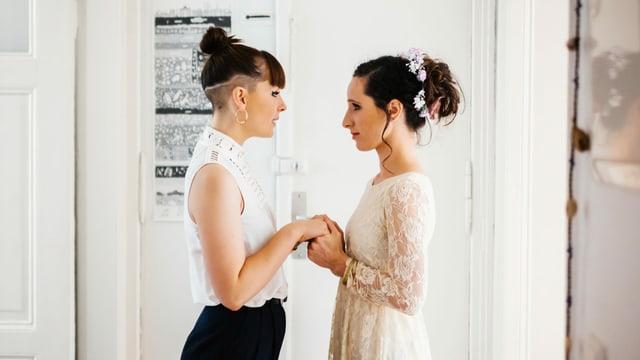 Zwei Frauen, die heiraten. Sie halten sich.