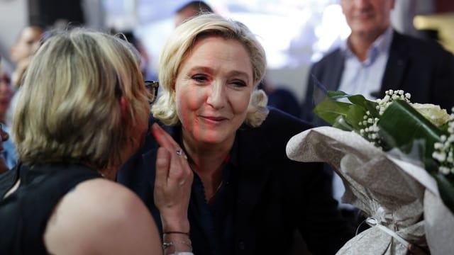 Marine Le Pen nimmt Gratulationen entgegen.