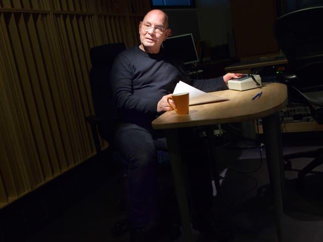 Lars Norén in einem Radiostudio