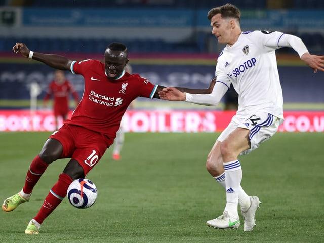 Liverpools Sadio Mané im Zweikampf mit Diego Llorente von Leeds.