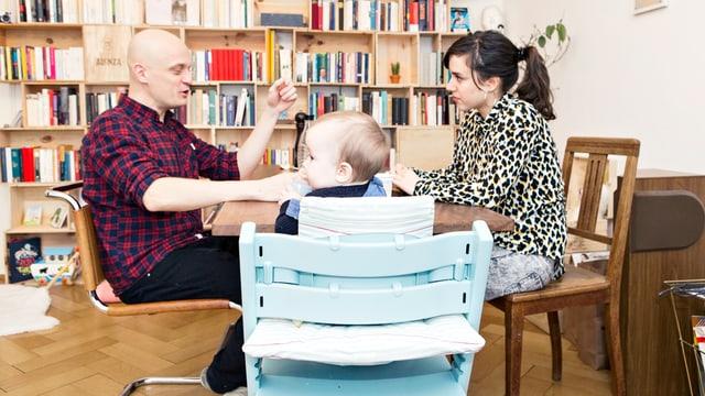 Mann und Frau am Tisch mit Baby