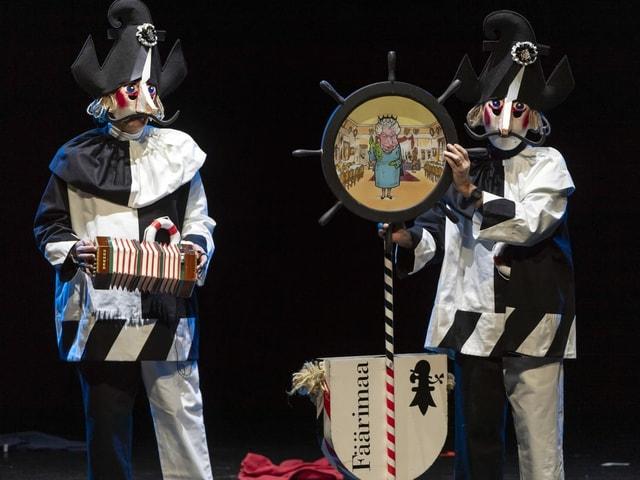 Der Fäärimaa singt seine Schnitzelbänke. Daneben steht der laternenträger.