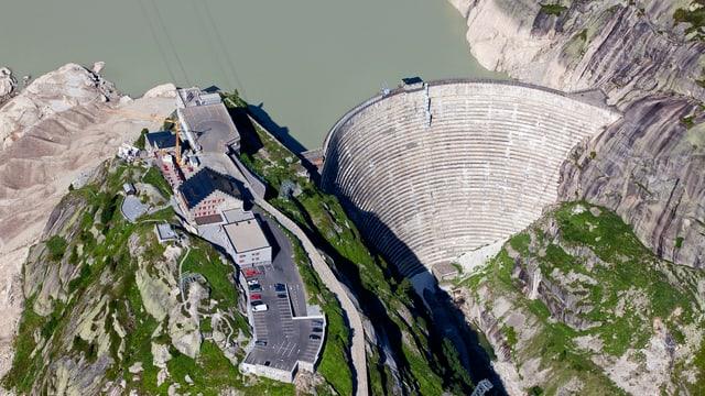Luftbild auf das Grimsel-Hospiz und die Staumauer des Grimselsees.