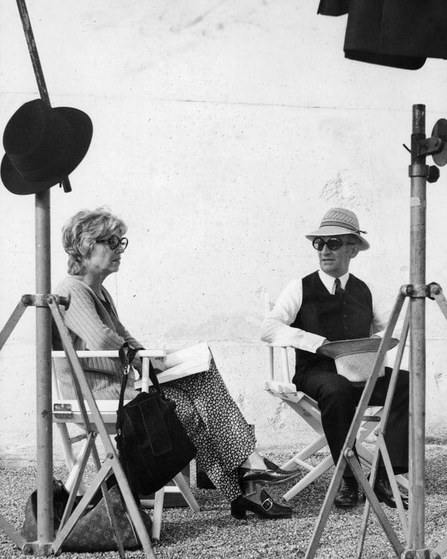 De Funès und seine Frau sitzen auf Regie-Stühlen am Set.