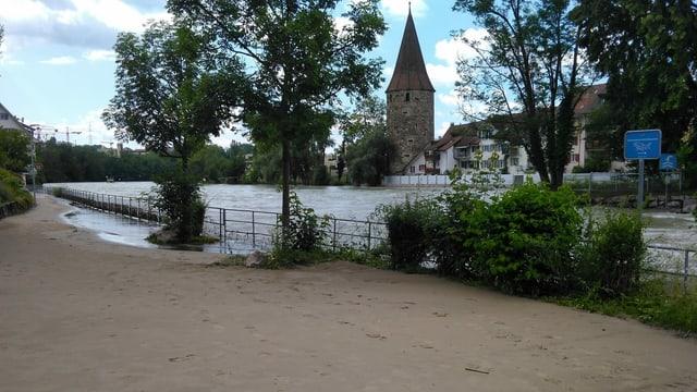 Schlamm lag Mitte Juli auf Strassen und Wegen am Reussufer.