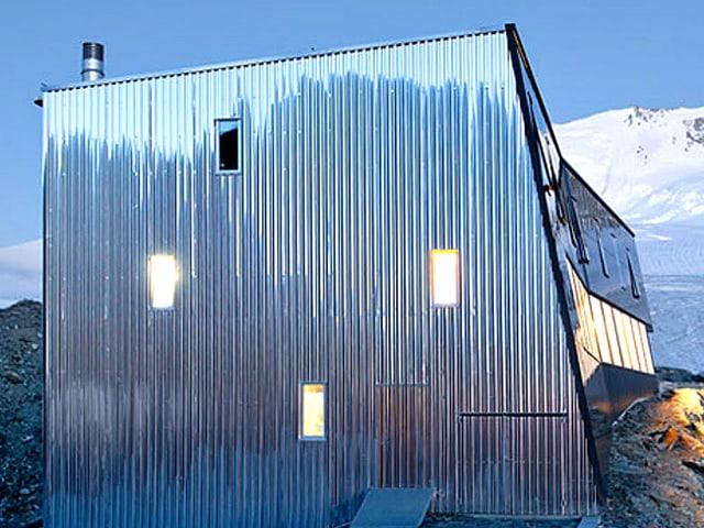 Metallisch schimmernde Seitenwand der SAC Cabane de Tracuit.