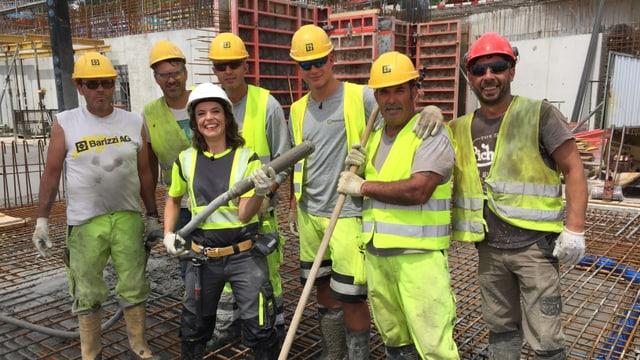 Mona Vetsch mit Bauarbeiter der Flughafenbaustelle «The Circle» umringt von Bauarbeitern