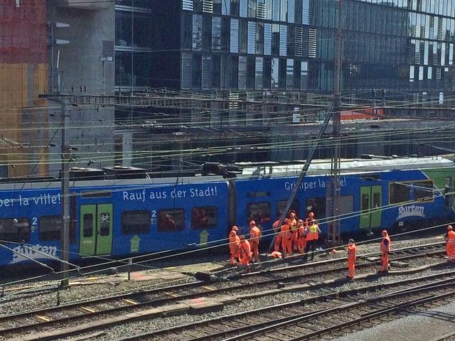 Der Zug der BLS im Bahnhof Bern.