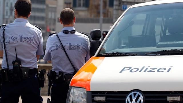 Zwei Stadtpolizisten und ihr Dienstwagen bei einer Verkehrskontrolle.