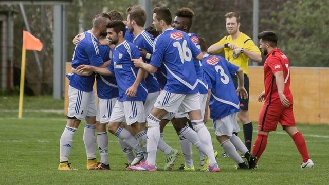 Giugaders da Schluein Glion festiveschan in gol.