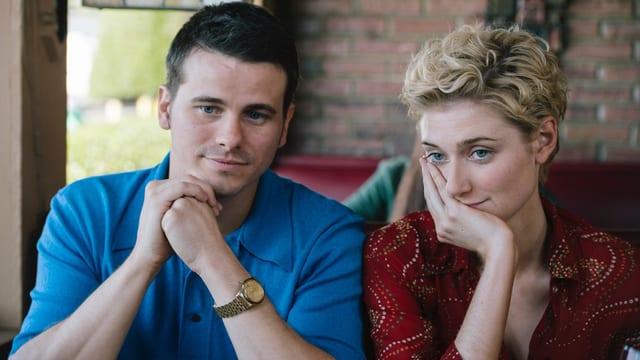 Ein Mann und eine Frau sitzen im Café.