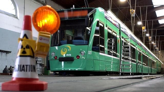 BVB-Tram in der Halle. Vorne dran steht ein Baustellensignal, beim Tram steht eine Leiter.