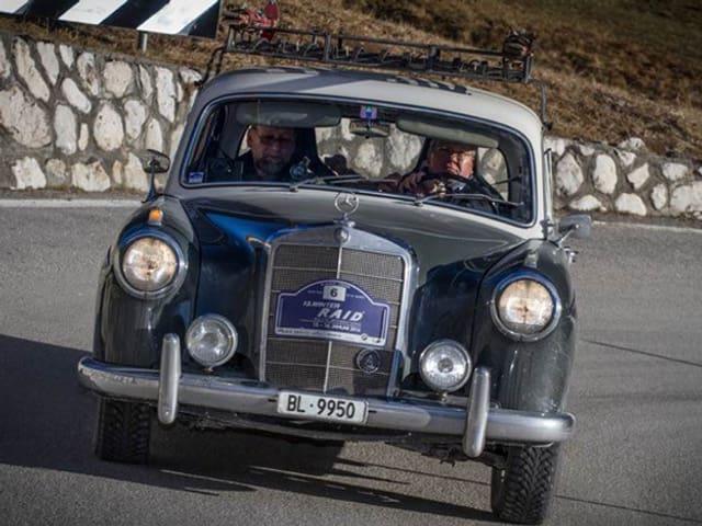Lorenz Imhof und Adrian Bielser im Mercedes Benz 220 S aus dem Jahre 1958.