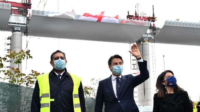 Conte auf Baustelle vor Brücke