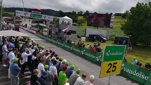 Menschen stehen am Rand des Tour de Suisse-Ziels