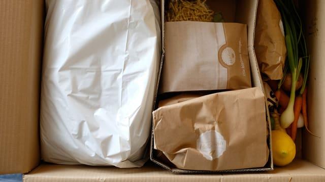 Eine Kartonschachtel mit Esswaren.