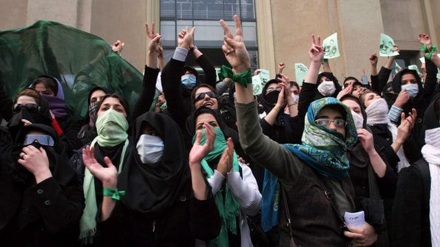 Junge Menschen demonstrieren in Iran
