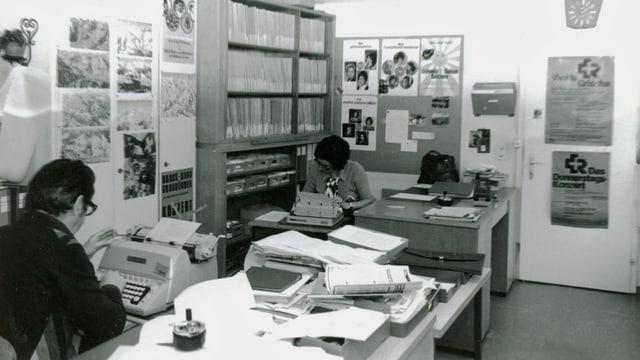 fotografia nair ed alva, vista en la redacziun dal Radio Rumantsch