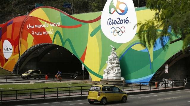Das Portal eines Strassentunnels ist farbig und mit dem Logo der Olympischen Spiele in Rio bemalt.