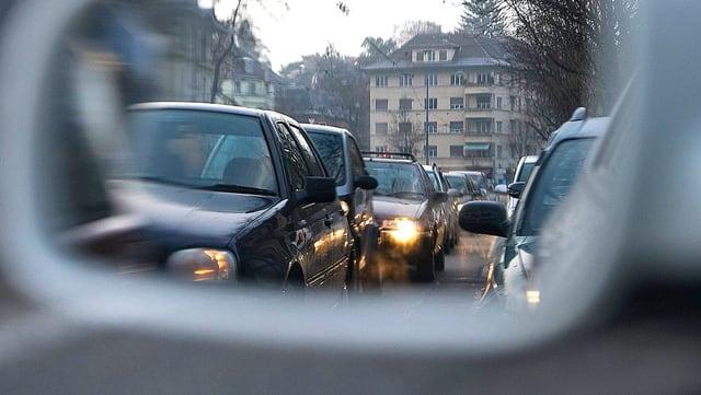 Eine Auto-Kolonne im Rückspiegel eines Autos fotografiert.