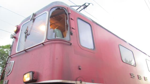 Kaputte Seitenscheibe bei einer älteren roten SBB-Lokomotive.