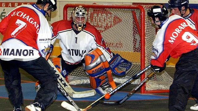 Hockeyaner mit Turnschuhen.