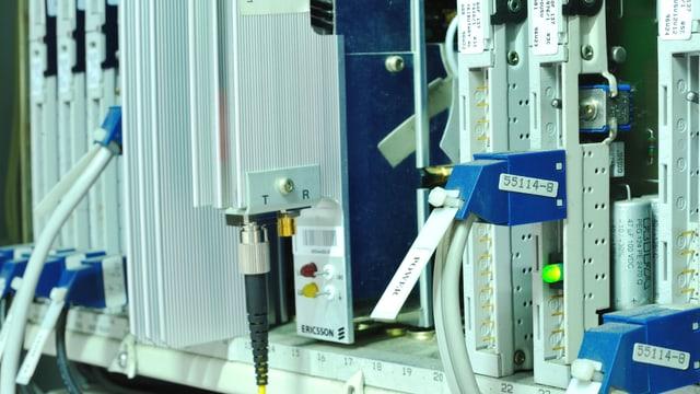 Rückseite eines Computers, mit entsprechendem Kabelsalat.