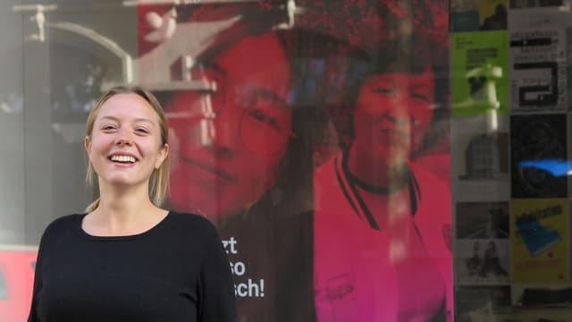Sophie Grossmann vor dem Schaufenster der Redaktion in Luzern.